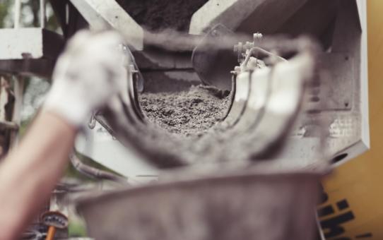 Beton z gruszki czy z betoniarki. Który sprawdzi się lepiej?