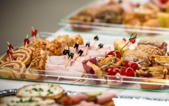 Planujesz zorganizować urodziny dla dużej grupy? Skorzystaj z cateringu!