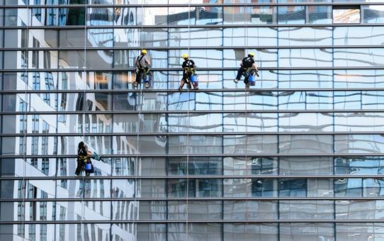 Zagrożenia płynące z pracy na wysokości – jak się chronić?